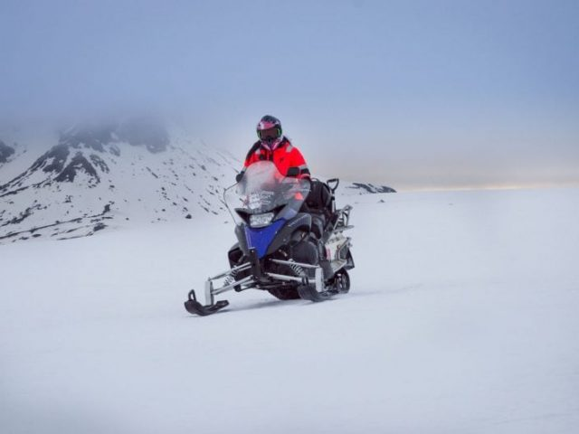Golden circle and ice cave tour - Snowmobiling on Langjokull glacier