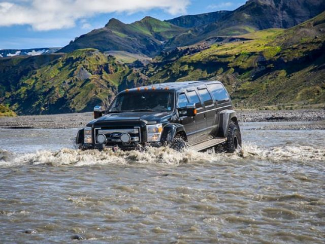 thorsmork-super-jeep-tour-river-crossing